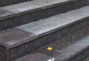 Гранитные ступени: достоинства и недостатки