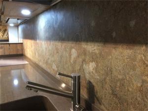 Кухонный фартук из натурального каменного шпона