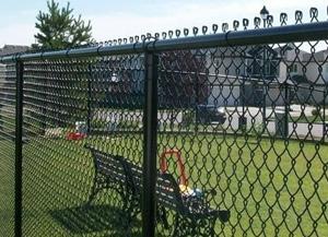 Забор из сетки рабицы: в чем его преимущества и особенности