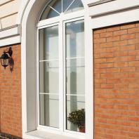 Компания «Окна Sirius»: двустворчатые арочные окна. Пластиковый оконный профиль