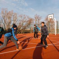 Баскетбольная площадка на набережной, деревня Сарманово, Татарстан, РФ. Программа развития общественных пространств