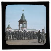 Рота гвардейцев на фоне памятника Александру II в Кремле. Диапозитив Карла Элофа Берггрена