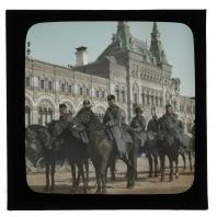 Сумские драгуны в конном строю на Красной площади. Диапозитив Карла Элофа Берггрена