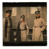 Унтер-офицеры на железнодорожной станции. Диапозитив Карла Элофа Берггрена