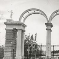 Главный вход в парк Кирова в Ижевскео формила ажурная колоннада высотой 6 метров