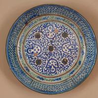 Блюдо. Миёна тавок. Таджикистан (Ходжент). Кон. ХIХ в. Глина, ангоб, глазурь, формавка на гончарном круге, подглазурная роспись. Из коллекции ГМВ