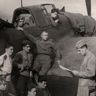 Командир звена Александр Зенин со своим стрелком Иваном Поганаевым и техниками читают сводки с фронтов. 1945