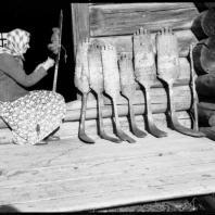 Ю.С. Ушаков. Хозяйка и прялки в селе Кимжа (Мезенский район, Архангельская область)